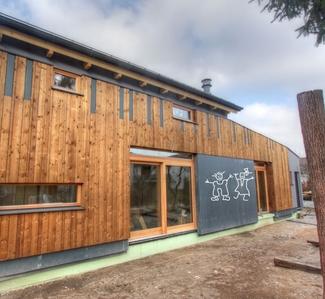 zaščitite lesene površine z barvami za les